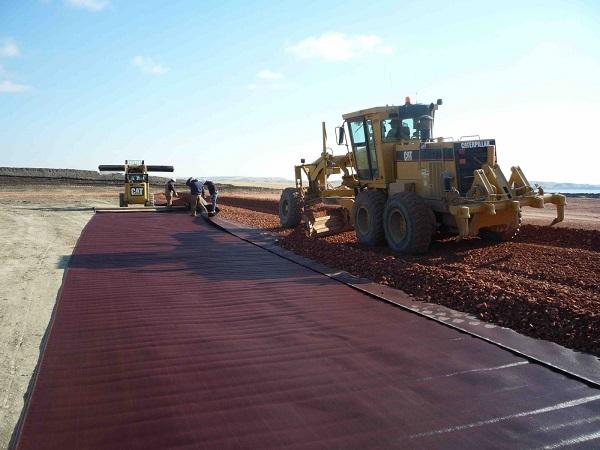 Dùng vải địa kỹ thuật ngăn cách đất mềm và mặt đường